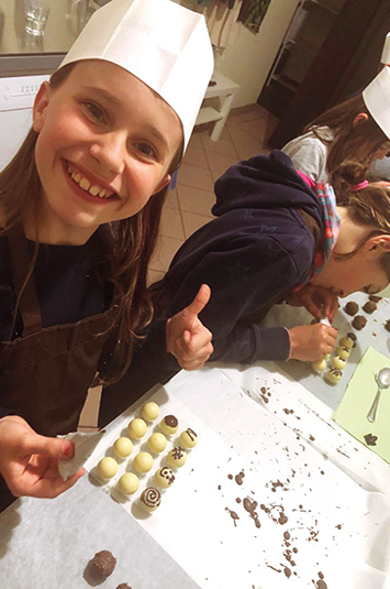 Mädchen macht Pralinen selbst