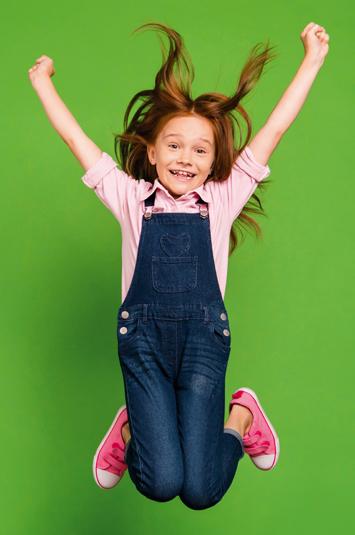 Rothaariges Mädchen springt in die Luft