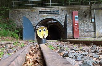 Schienen der Grube Fortuna mit Grubenlampe Alfred darauf stehend