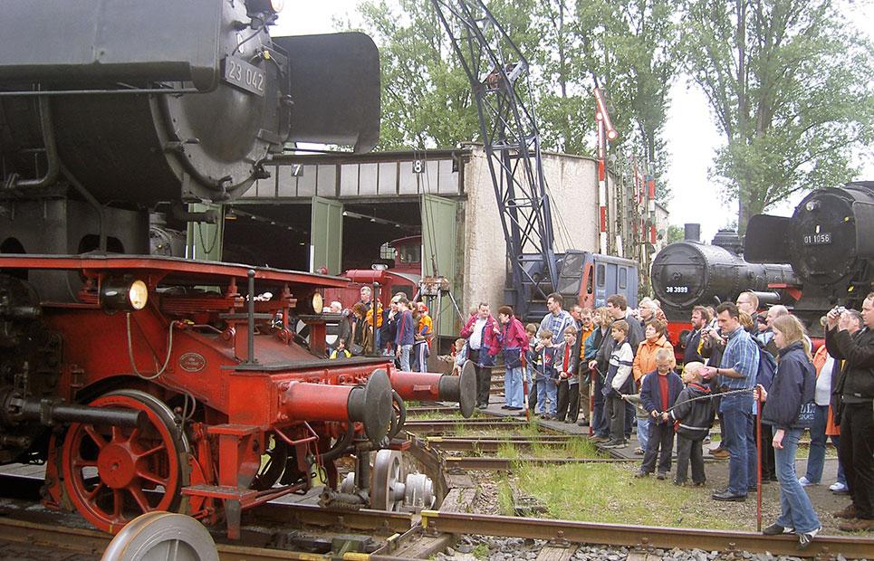 Eisenbahn auf Schienen im Museum mit Zuschauern