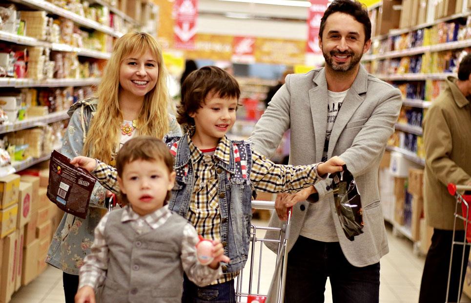 Familie gemeinsam beim Einkaufen