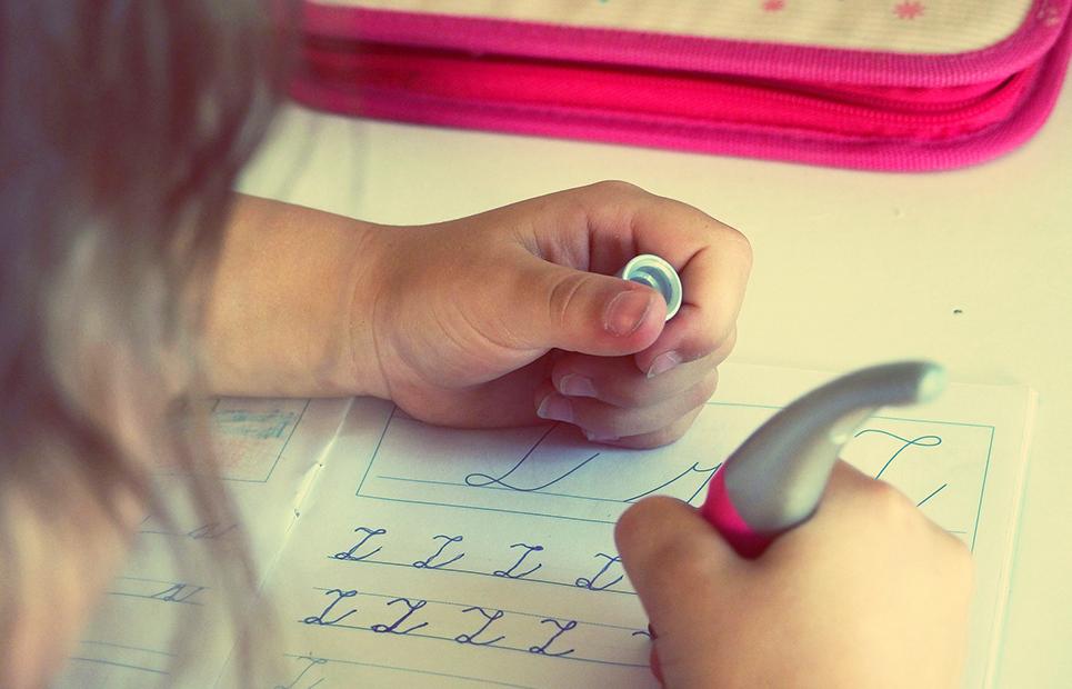 Kind übt schreiben