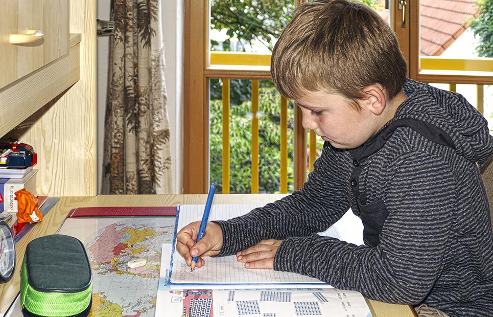 Junge lernt Mathematik