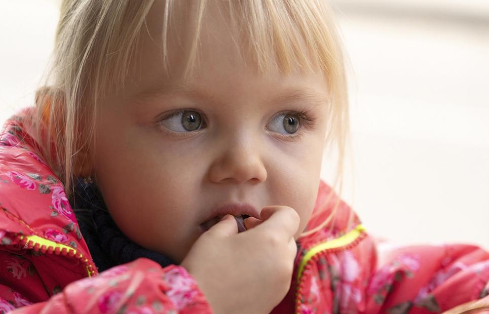 Kind isst Trockenpflaume
