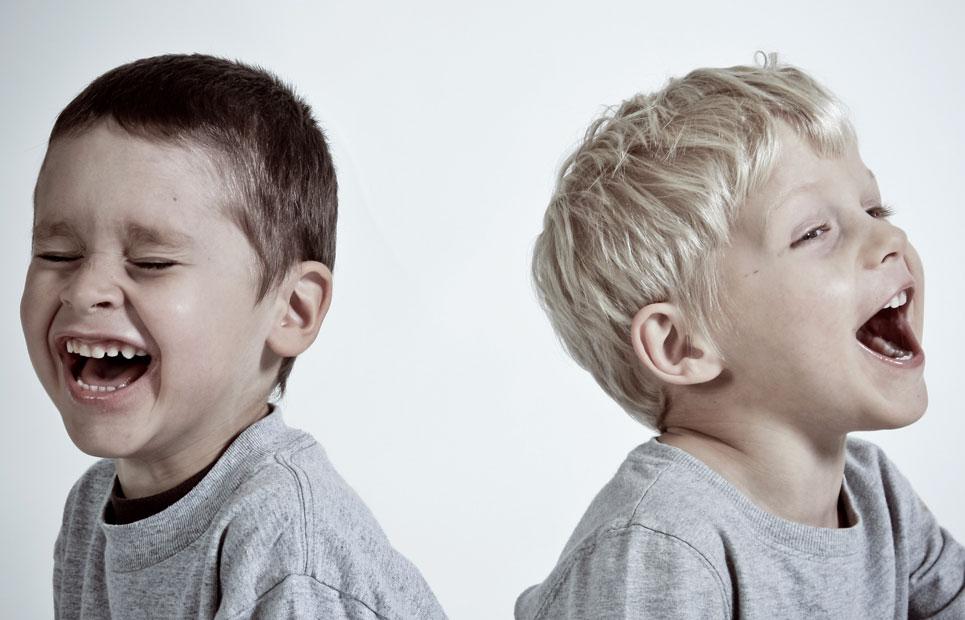 Zwei Jungs lachen laut