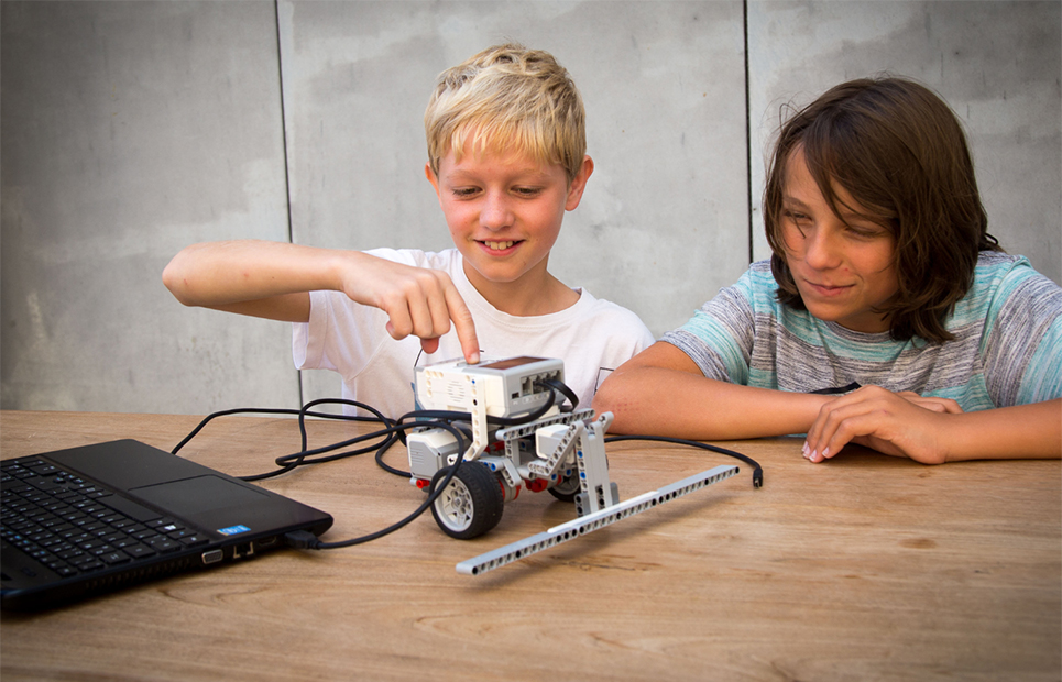 Zwei Jungen bei der Programmierung von LEGO Mindstorms