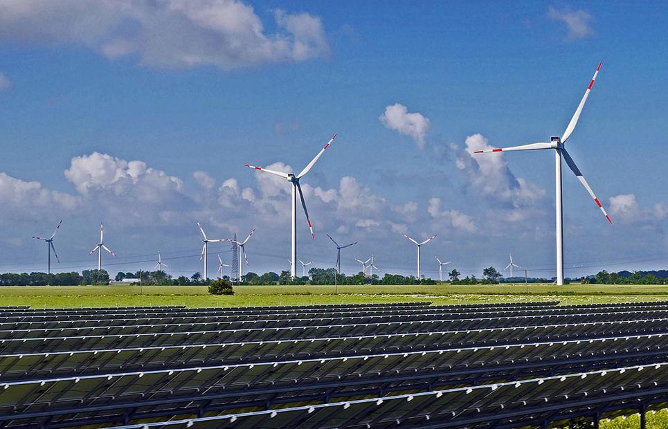 Photovoltaikanlage und Windräder