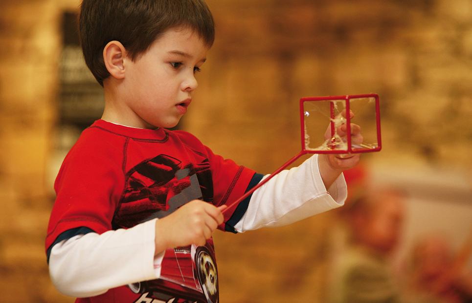 Junge experimentiert mit Seifenblasen