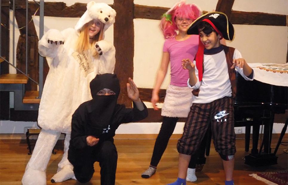 Verkleidete Kinder spielen Theater