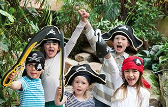 Kinder mit Piratenverkleidung