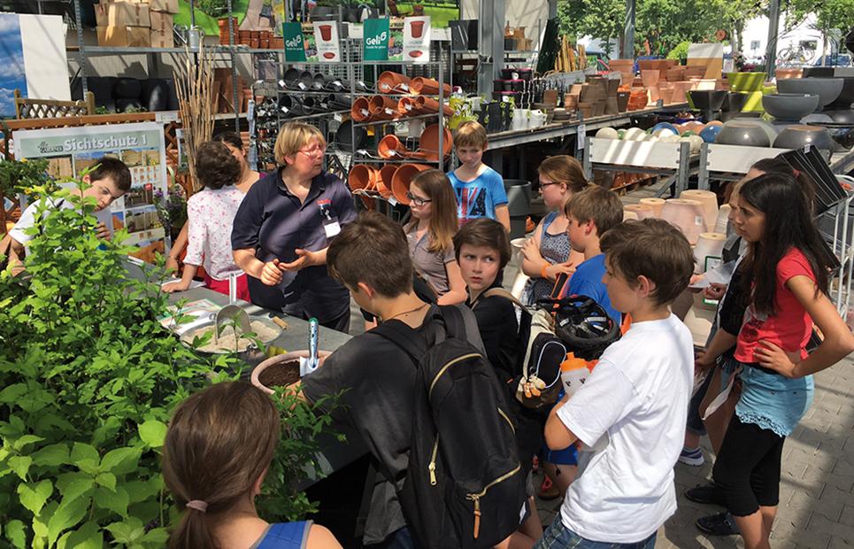 Kindergruppe bei einem Pflanz-Workshop