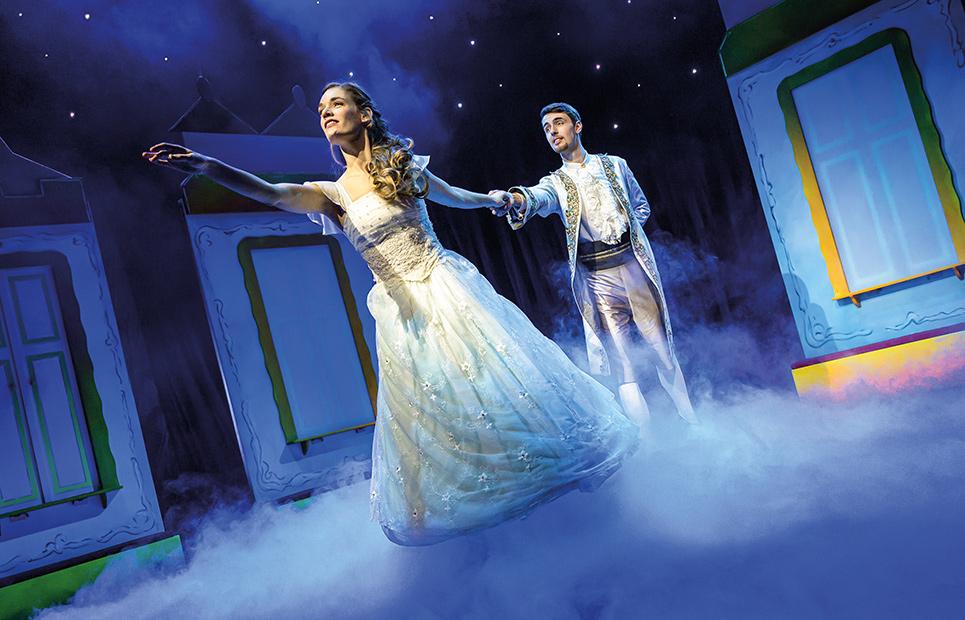Aschenputtel und ihr Prinz auf einer Theaterbühne